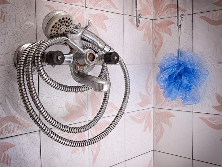 Při mytí koupelny je lepší, pokud budete chránit své ruce ochrannými rukavicemi. Zvláště pokud používáte chemii.  (Zdroj: Depositphotos)