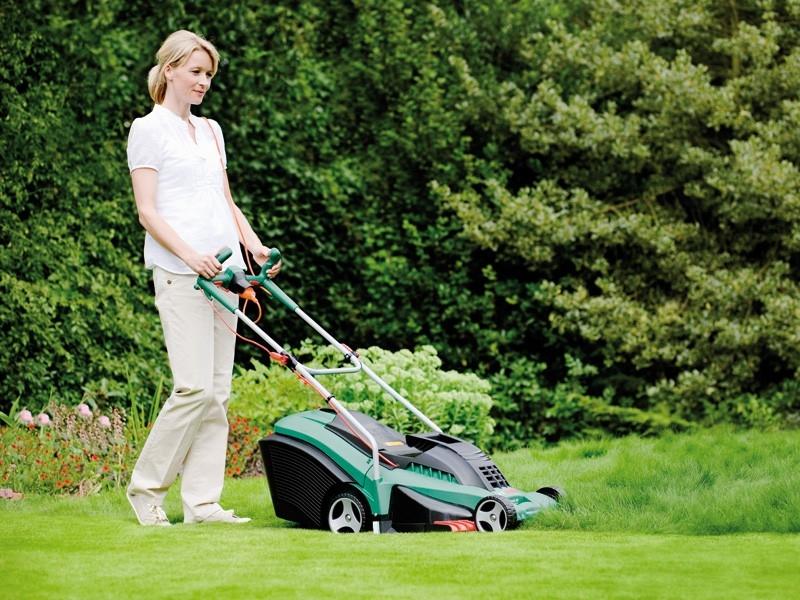 S trávníkem i s bolavými zády si poradí sekačky se systémem Ergoflex