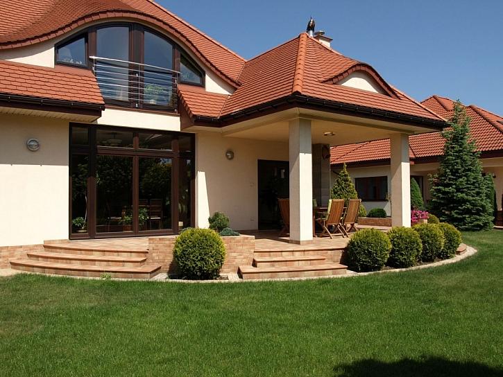 Bobrovka je díky svým malým rozměrům vhodnou krytinou na členité střechy a vikýře ve tvaru volského oka