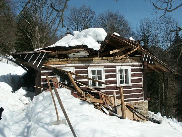 Na nemovitosti zvlášť v podhůří velmi často v zimě devastačně působí tíha sněhu. I to je riziko, které dobré pojištění ošetří.