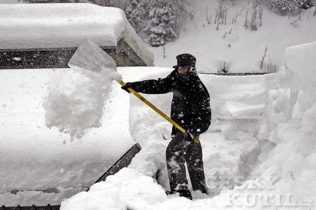 Má se sníh ze střechy odklízet?