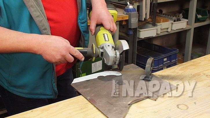 Výroba nože: tělo nože nahrubo vyřízneme