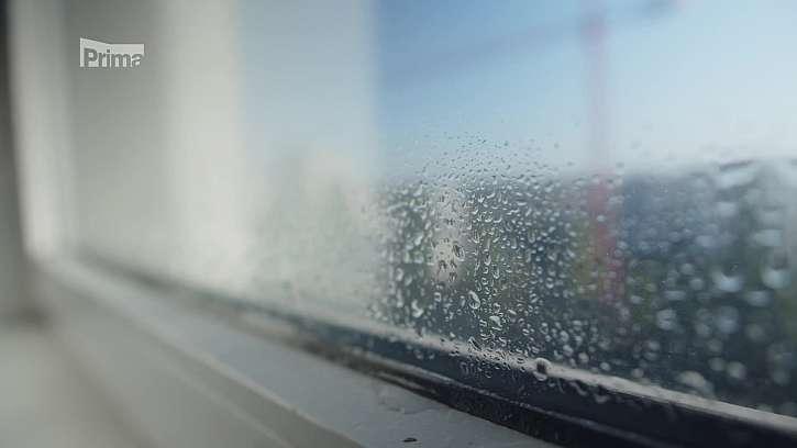 Srážení vlhkosti na oknech.