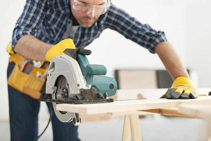Při řezání použijte ochranné brýle, stejně tak i pracovní rukavice.