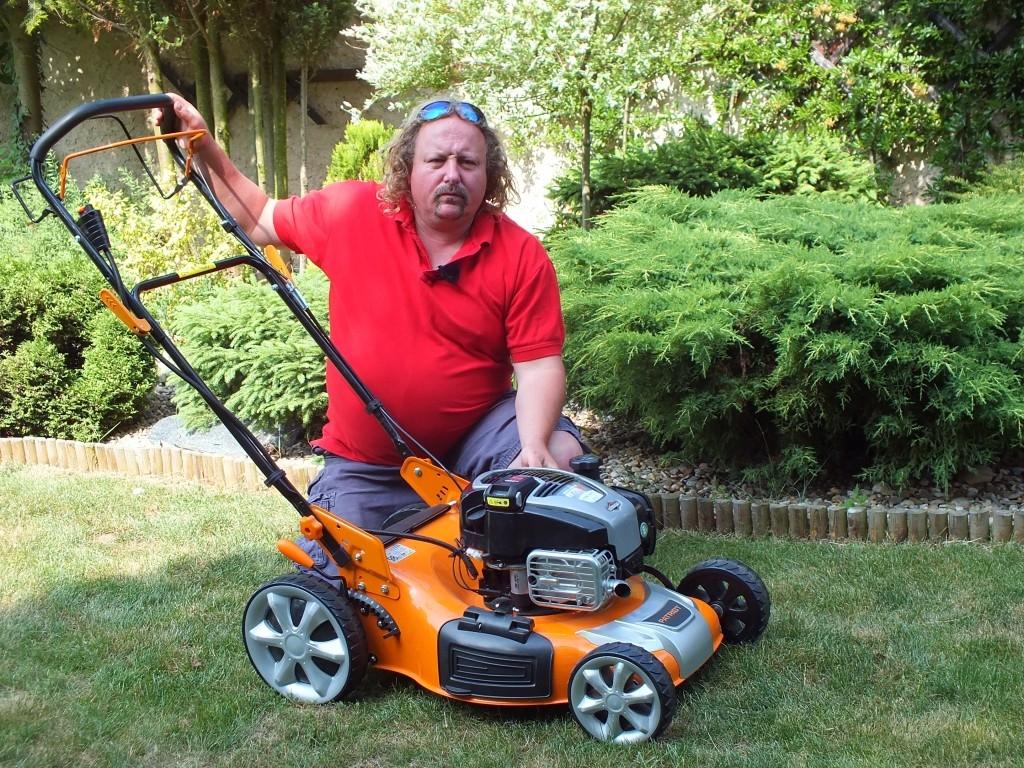 Sekačka Patriot a křovinořez Oleo Mac od Mountfieldu vám pomohou s péčí o velkou zahradu