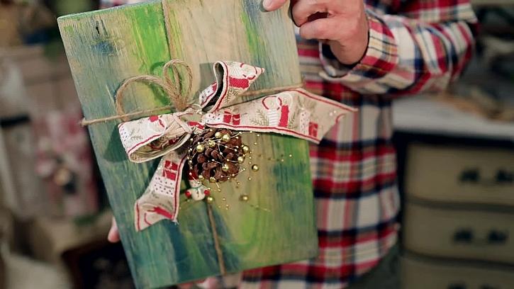 Dekorativní vánoční dárek z kusu prkýnka