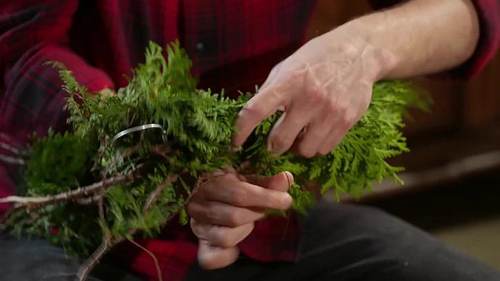 Výroba věnce z větví túje