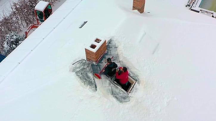 Díky počasí se nám zkomplikovalo oplechování komína, až opadne sníh, budeme pokračovat