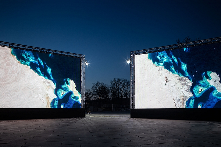Oslava Den Země rozsvítila instalaci, která sleduje proměnu naší planety za posledních 20 let (Zdroj: piaristi.cz)