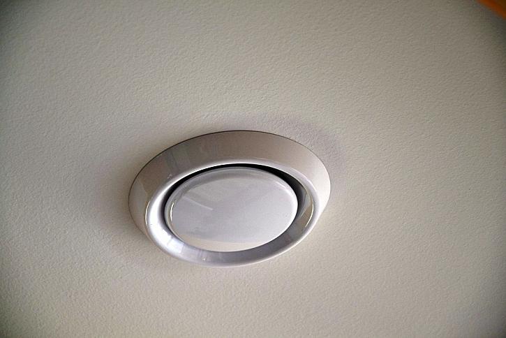 Talířový ventil pro přívod a odvod vzduchu na stropě..