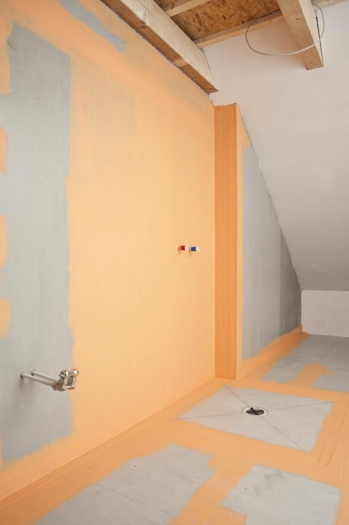 Dobře provedená hydroizolace ploch a spár před vlhkostí zásadně prodlužuje životnost obkladů a dlažby a brání interiér před plísněmi a jiným poškozením.