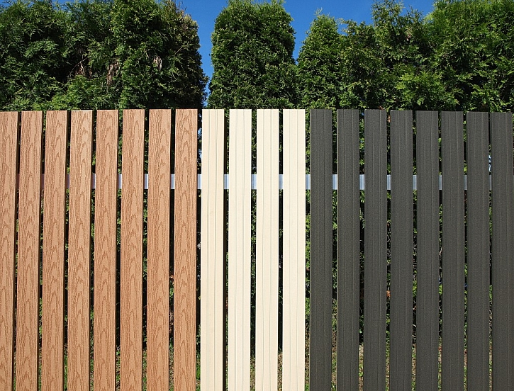 Ploty WoodPlastic nabízejí hladký povrch nebo kresbu dřeva