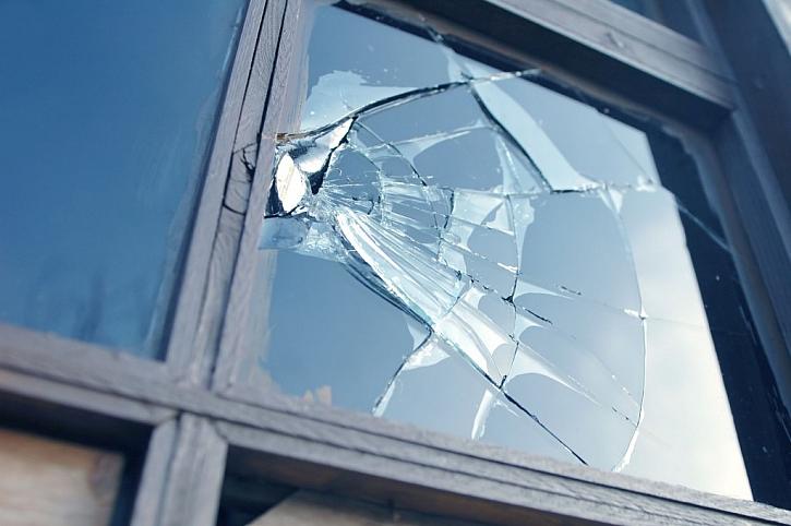 Pokud je poškozený i rám okna, může být lepší vyměnit celé okno