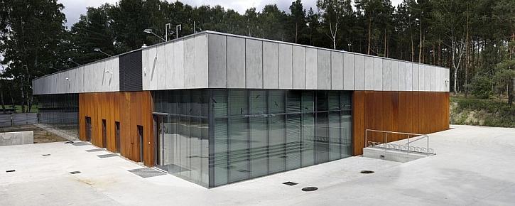 Fasáda ze samovolně oxidující oceli Cor-Ten na National Memorial Muzeum Palmiry v Polsku
