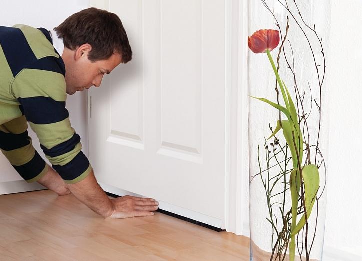 4) Pevně přitlačte lištu na dveře. A je hotovo!