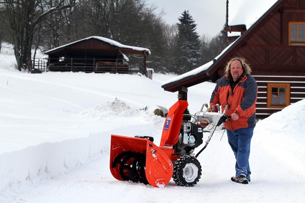 Sněhová fréza Ariens se závějí nelekne