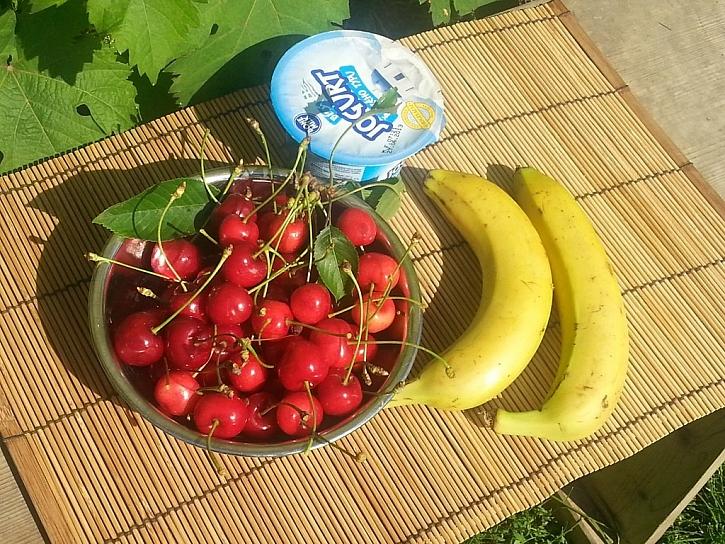 Koláč s banánem a třešněmi