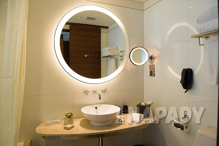 Kulaté zrcadlo v koupelně se zabudovaným osvětlením