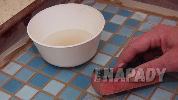 Tác s mozaikou: přebytek hmoty setřeme