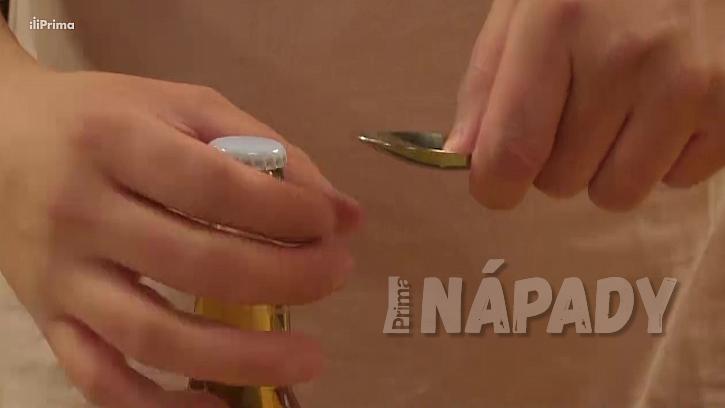 Jak otevřít láhev: lžící na polévku