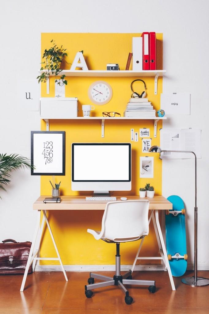 Využijte police nad pracovním stolem na ukládání kancelářských potřeb
