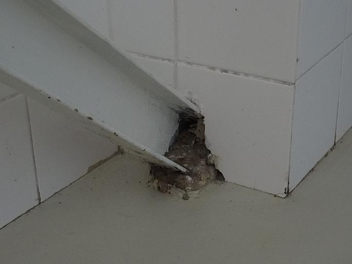 Vzpěra u podlahy - trochu přetekl beton