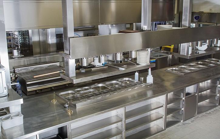 Nerezová kuchyně je vhodná nejen do profesionálních kuchyní