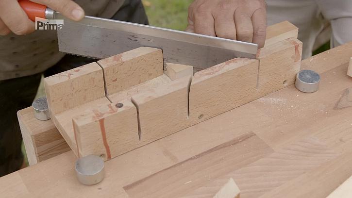 Řezání dřevěného špalku