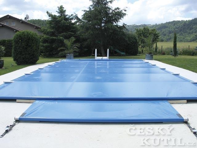 Plachta na zakrytí bazénu na zimu by měla být propustná pro vodu, aby se na ní nevytvářely kaluže, které zmrznou