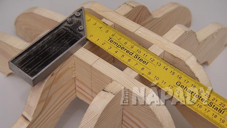 DIY stojan na stromek: vnitřní čtverec přesně změříme