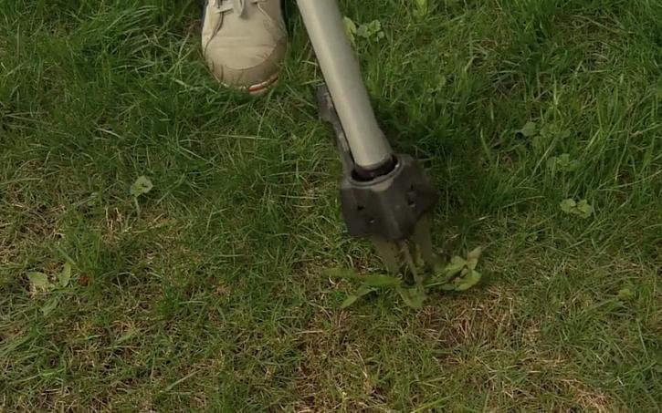 Mechanické odstraňování plevelů z trávníku pomocí vypichovače