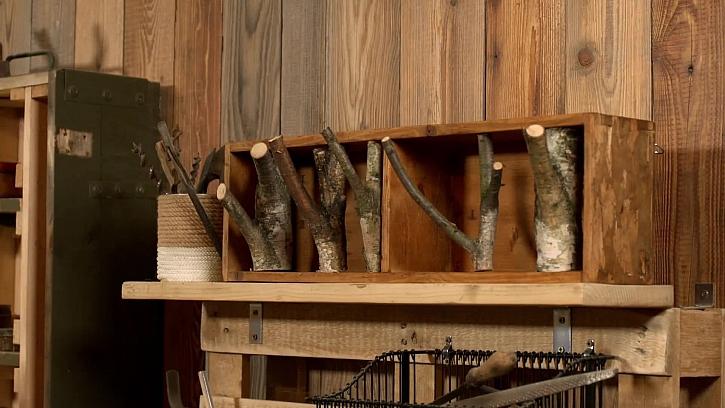 Dřevěný věšák z přírodnin