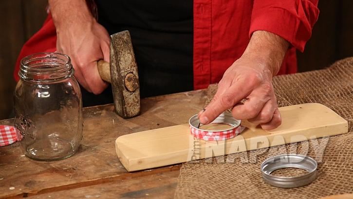 Postup výroby lucerny ze sklenice: do víčka uděláme dírky