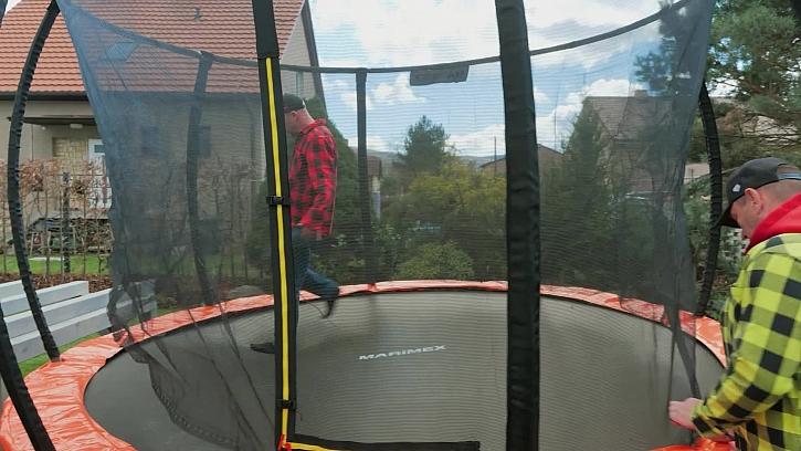 Trampolína a bezpečí? I při sportování a hradní na zahradě je potřeba dbát na svou bezpečnost.