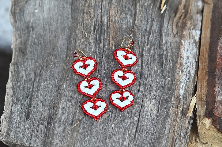 Šité korálkové náušnice jsou originální šperk, který můžete nosit nejen na Valentýna (Zdroj: Darí Fejtková)