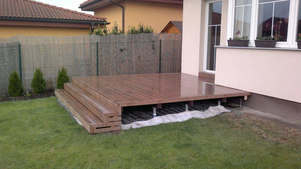 Stavba terasy rychle a moderně - na zemních vrutech