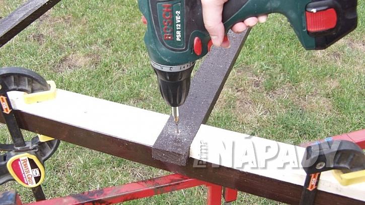Zastřešená pergola: na rám střechy připevněte dřevěné příčné latě