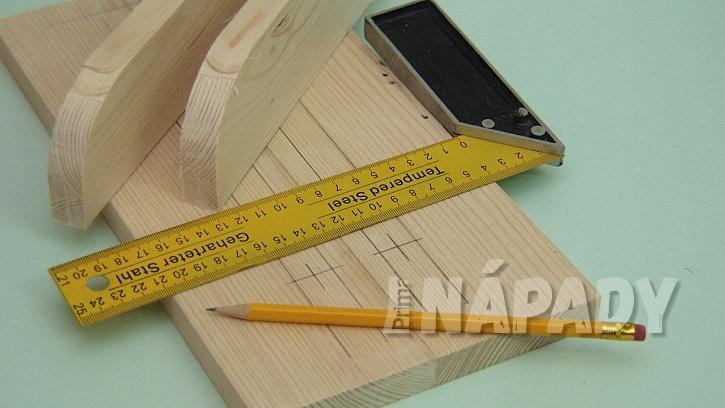 Jak vyrobit poličku na zábradlí: šířku zábradlí přesně změříme