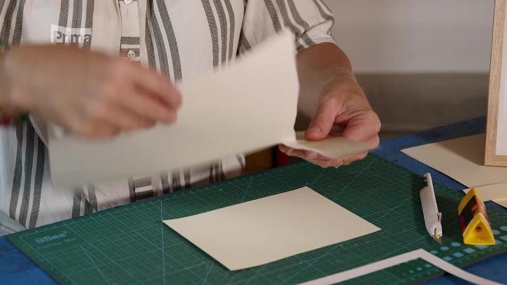 Obrázek z natrhaných papírů