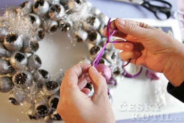 Výroba adventního věnce z makovic