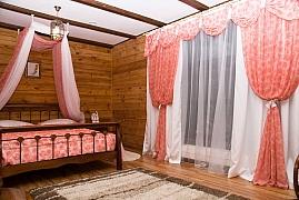 Textilie na oknech stíní i zdobí
