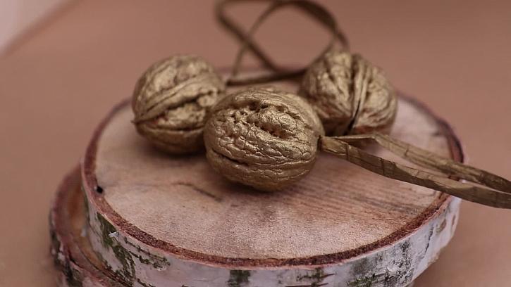 Vánoční ozdoby z ořechů