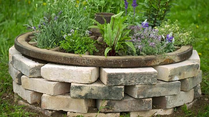 Vaši zahradu můžete zkrášlit záhonem z cihel a kol