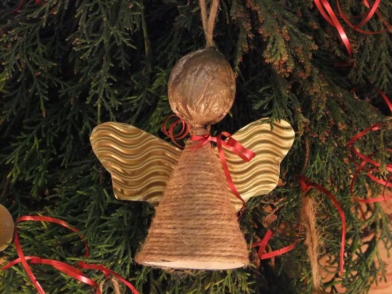 Andělíček s provázkovým kabátkem