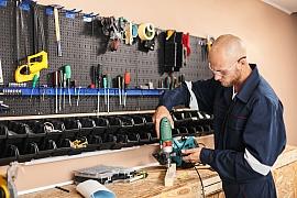 Přístroje a nářadí v kutilské dílně
