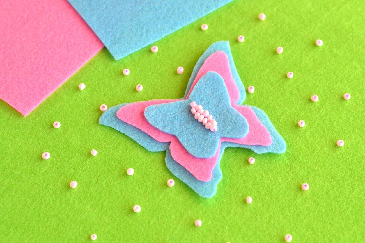 Motýl z plsti: Jarní dekorace do květinových aranžmá
