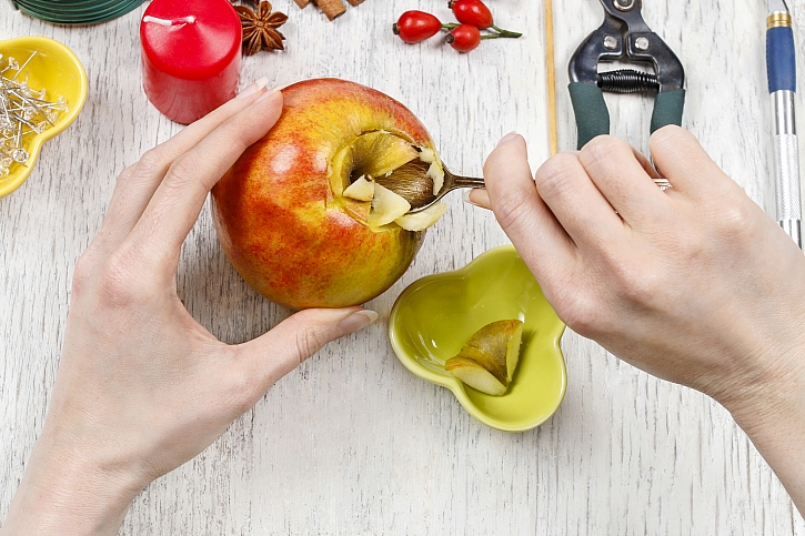 Vydlabání dřeně jablka