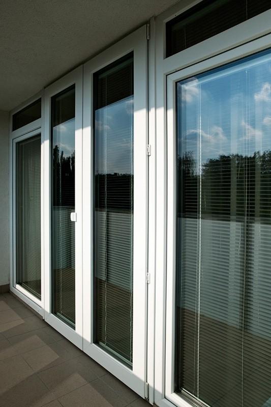 Zažloutlé okenní rámy reklamujte