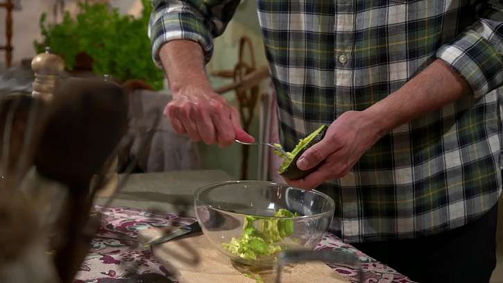 Příprava avokáda na pomazánku.