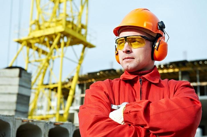 Pracovníci a také návštěvníci na stavbě si musí chránit také hlavu, oči i uši